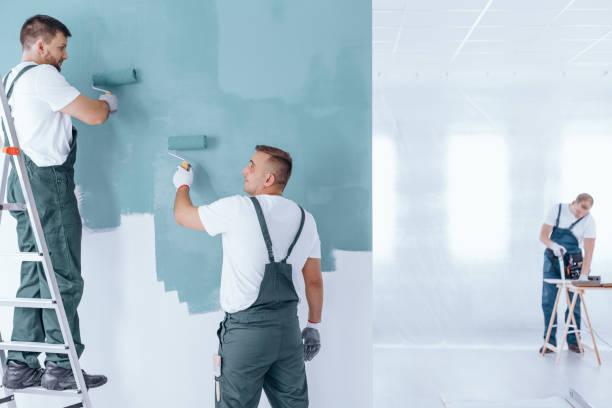 Männer, die Malerei leeren Wohngebäude – Foto