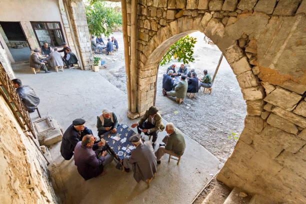 spielkarten von männer in adiyaman, türkei. - kurdische sprache stock-fotos und bilder