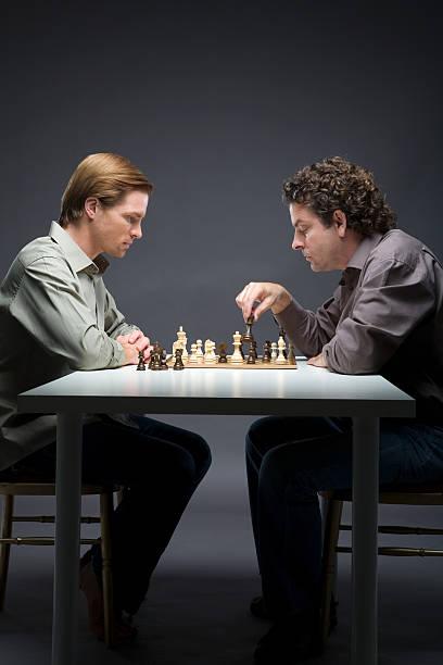 Männer spielen Schach – Foto