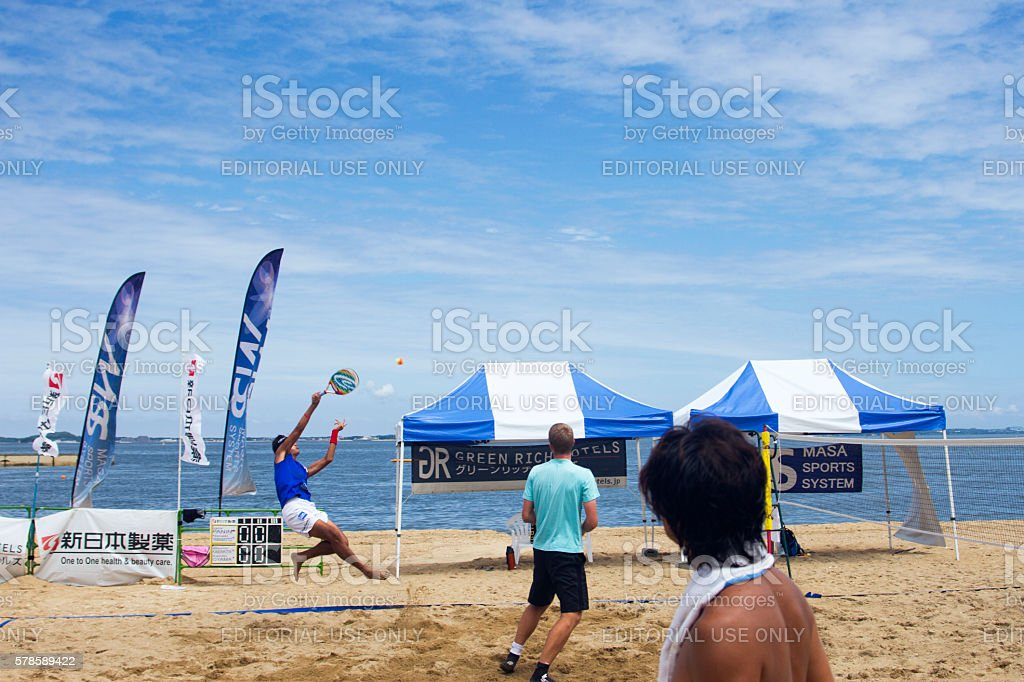 Men playing the beach tennis game on the beach - foto stock