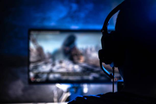 ビデオゲームをプレイする男性 - ゲーム ヘッドフォン ストックフォトと画像
