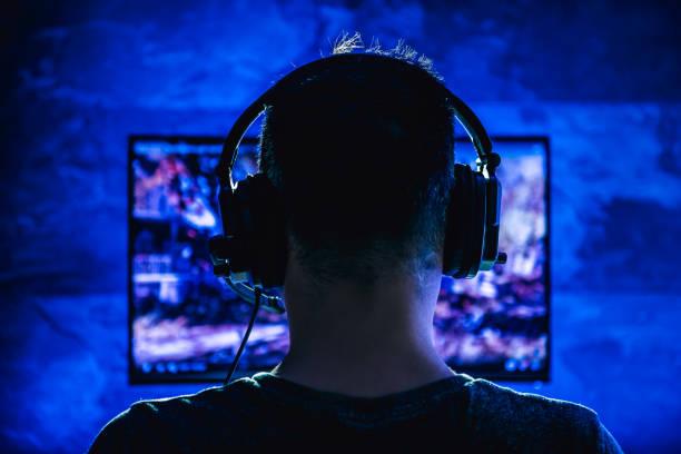 hommes jouant des jeux vidéo - gamer photos et images de collection