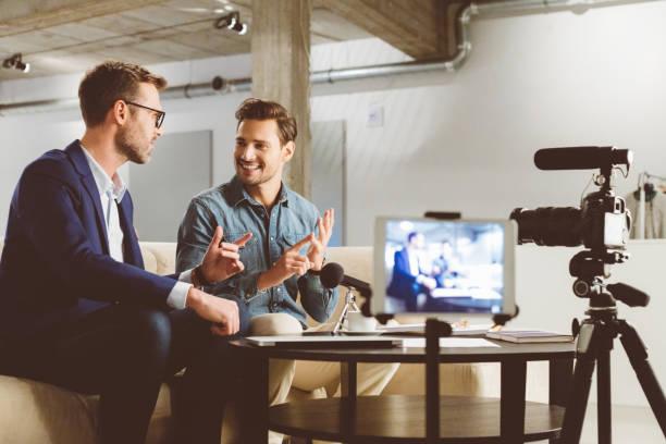 Männer, die ein Geschäft Vlog auf Kamera aufnehmen – Foto