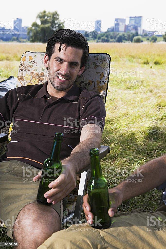 Homem relaxar e beber cerveja foto de stock royalty-free