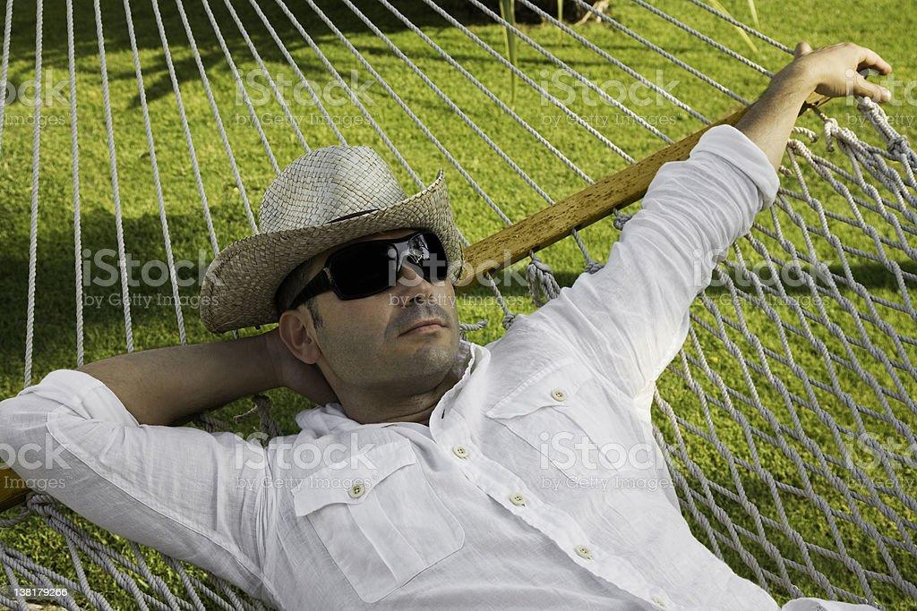 Homme se détendre dans un hamac - Photo