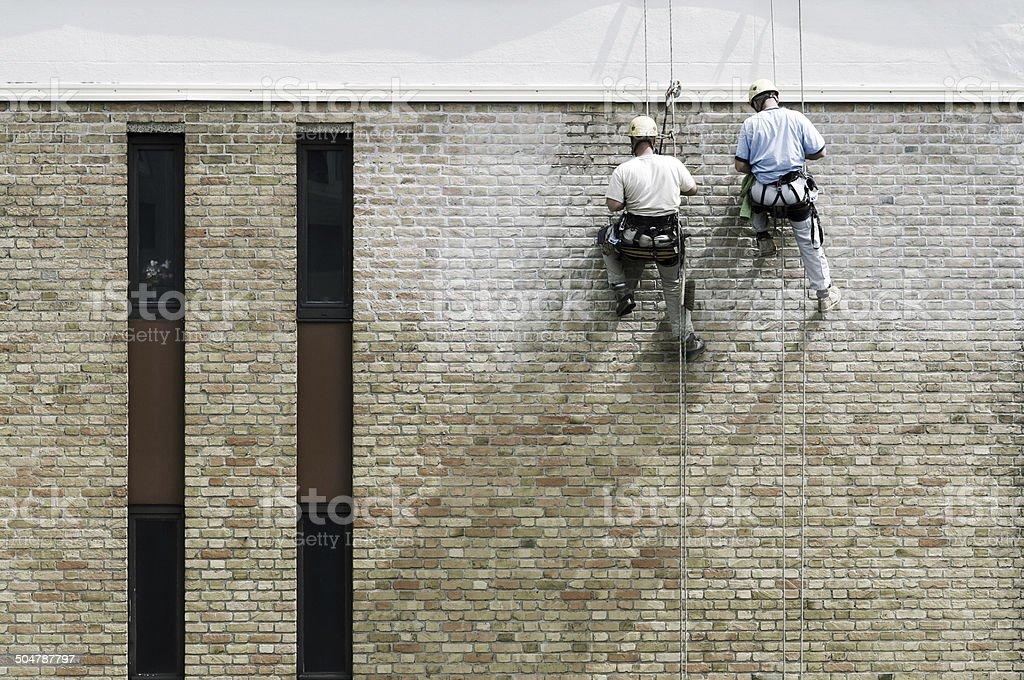 Männer stellt das Haus Lizenzfreies stock-foto