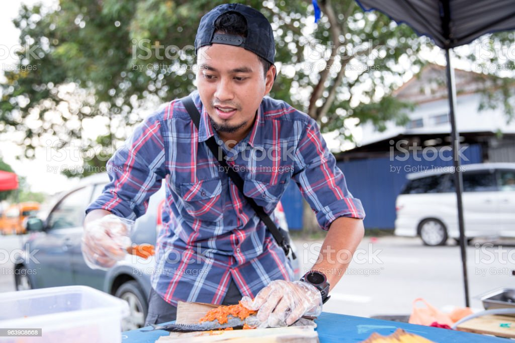 Men selling and preparing grilled fish - Royalty-free 30-39 Years Stock Photo
