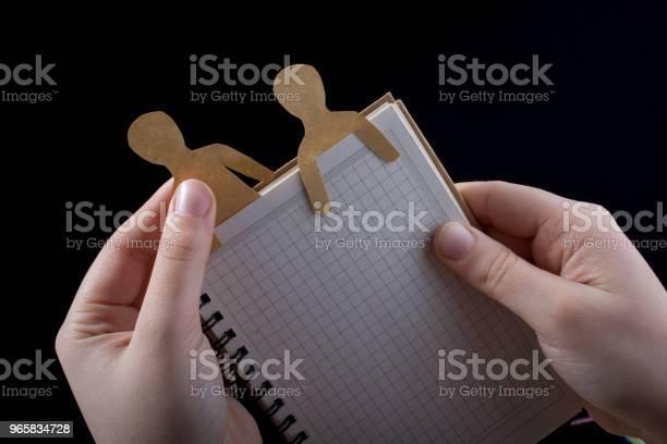 Мужская Форма Вырезана Из Бумаги В Notebbok — стоковые фотографии и другие картинки Алфавит