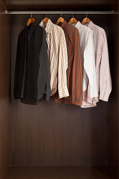 herren-shirts - bügelsysteme stock-fotos und bilder