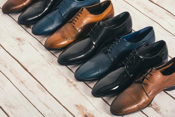 mannen schoenen collectie - verschillende modellen en kleuren - shoe stockfoto's en -beelden
