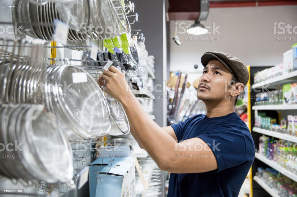 Men shopping alone and wearing cap - Royalty-free 20-29 Years Stock Photo