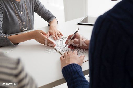 istock Men sign the new home of the contract 521087114