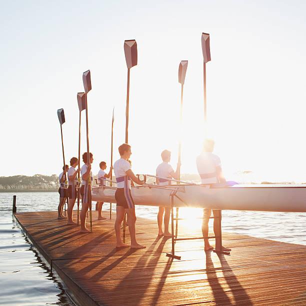 男性の上に立つ桟橋、オールおよびカヌー - パドルスポーツ ストックフォトと画像