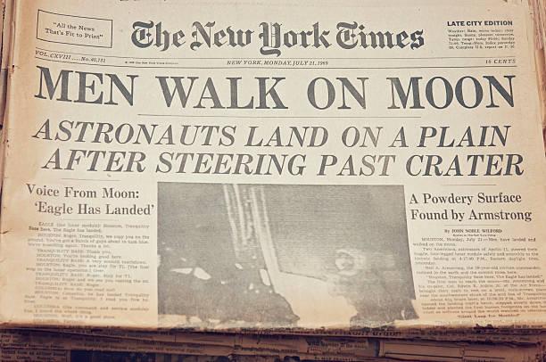 männer gehen auf moon - new york times stock-fotos und bilder
