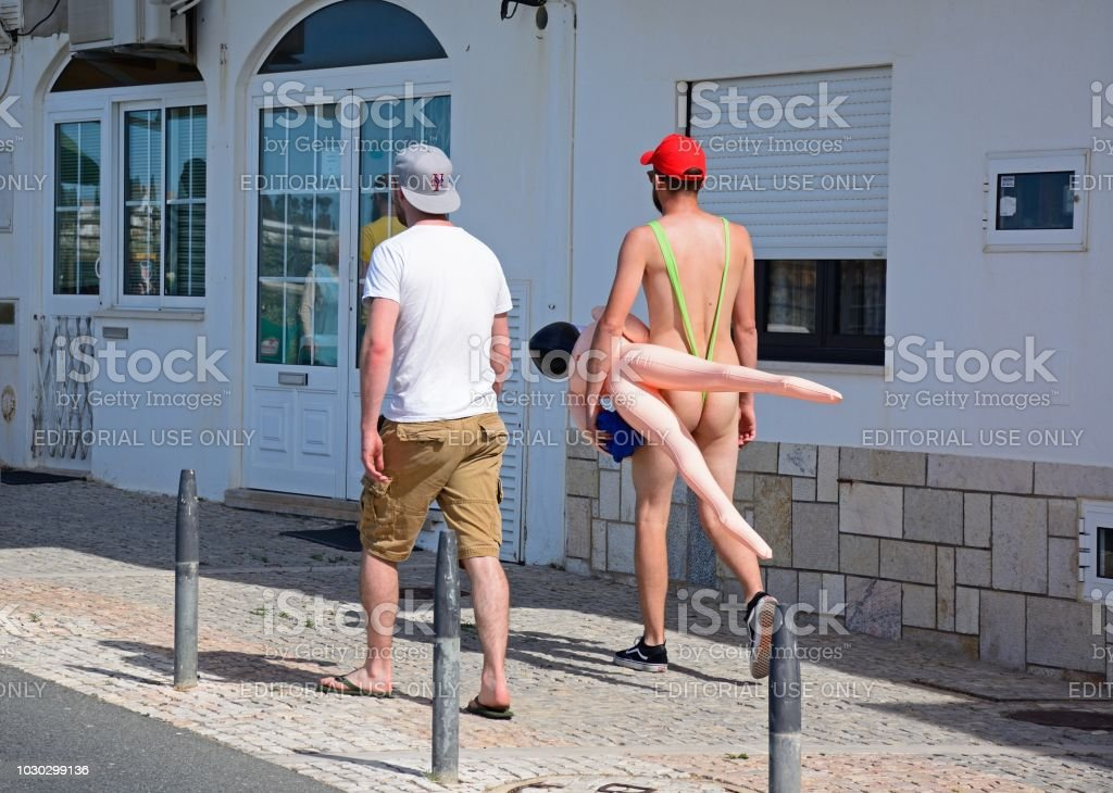 Männer zu Fuß entlang einer Straße, Stadt Albufeira. – Foto