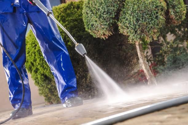 men washing garden paths - idropulizia ad alta pressione foto e immagini stock