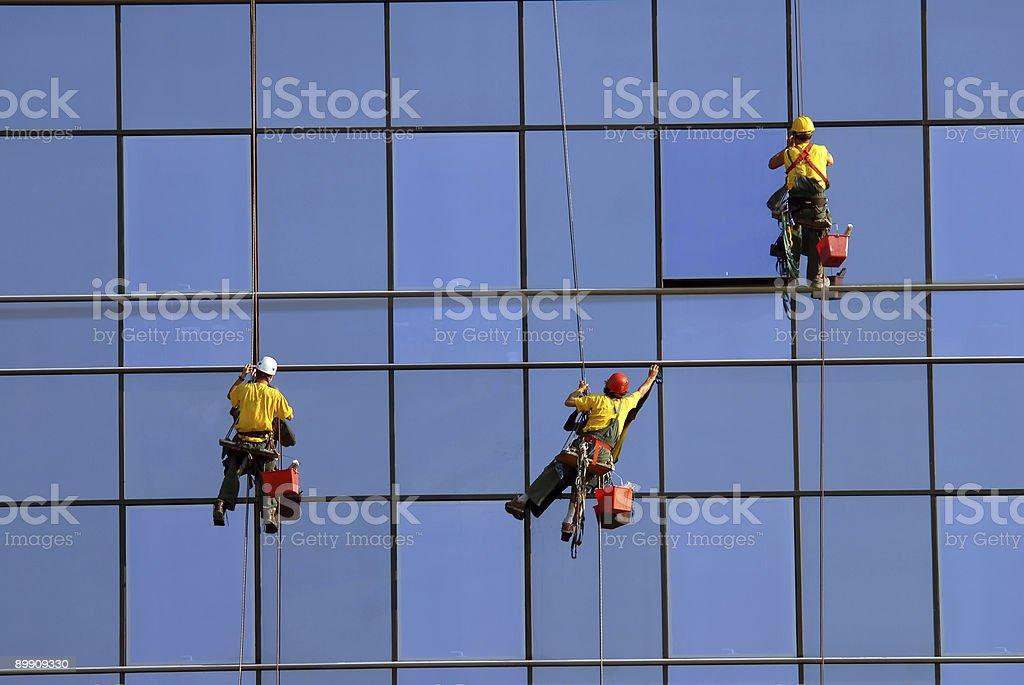 Lavar las ventanas a la altura de los hombres foto de stock libre de derechos
