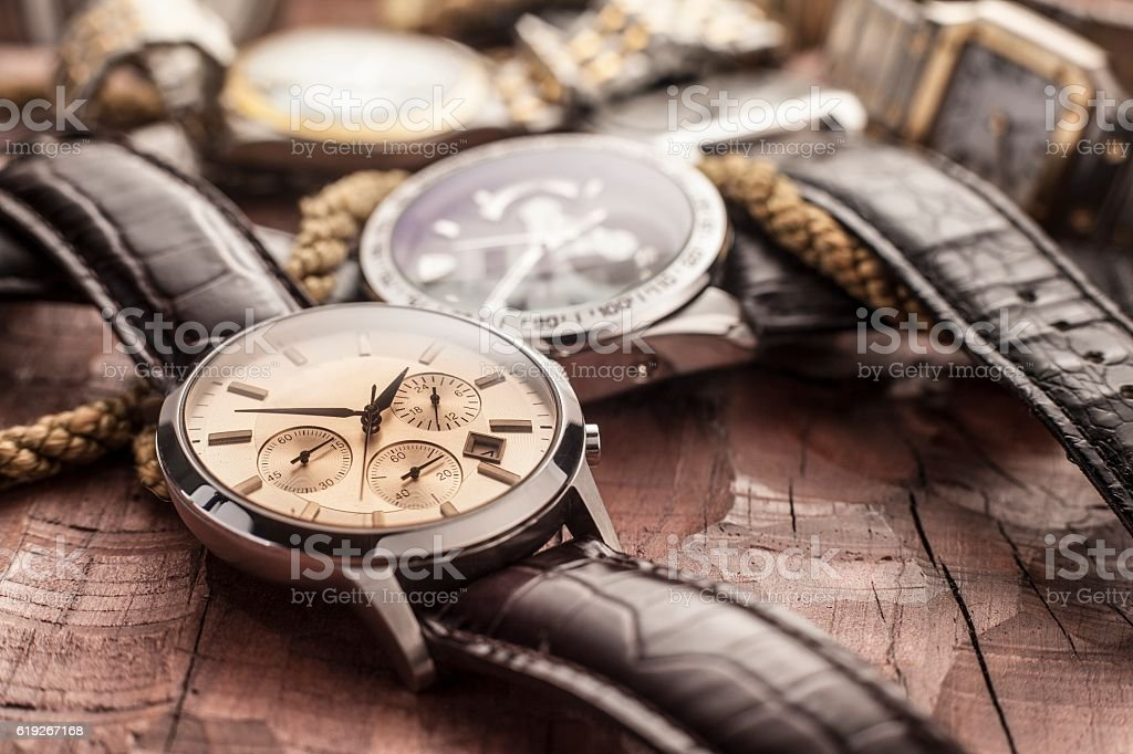 men watches on wooden table – Foto