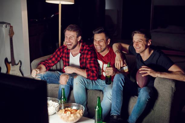 mannen kijken amerikaanse voetbalcompetitie - football friends tv night stockfoto's en -beelden