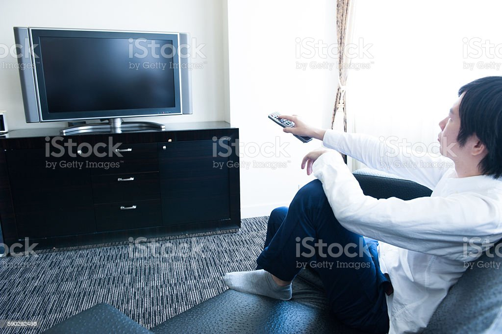 Men watching television royaltyfri bildbanksbilder