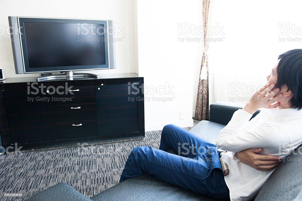 Men watching television royaltyfri bildbanksbilder