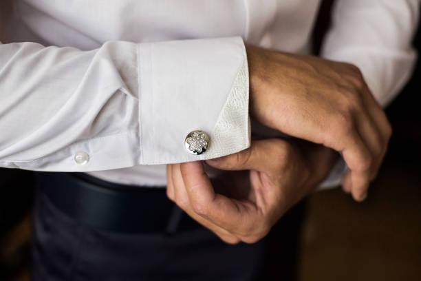 os homens usam uma camisa e abotoaduras, corretas, roupas, vestir - foto de acervo