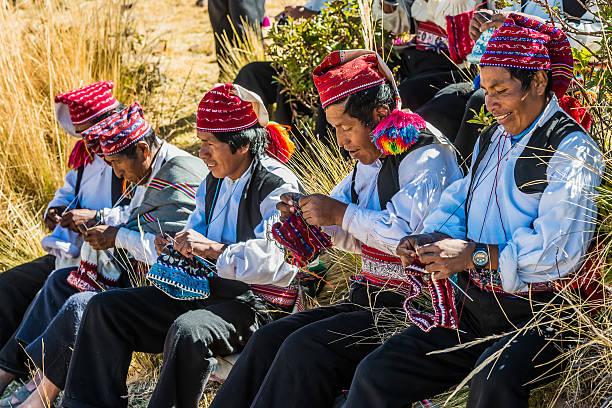 男性織物で、ペルーのアンデス山脈、プーノペルー - タキーレ島 ストックフォトと画像