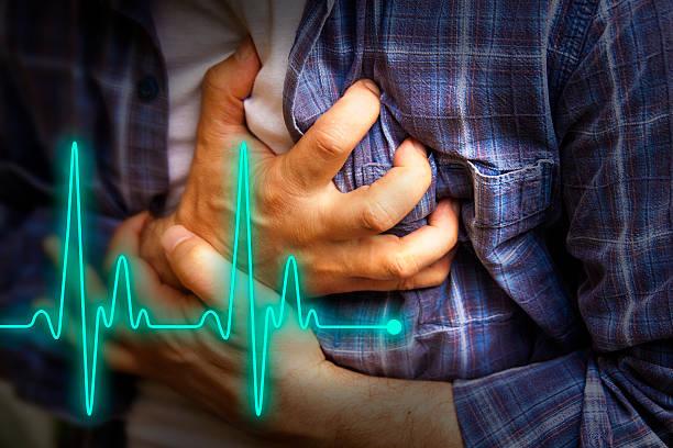 Homem com Dor no peito-Ataque cardíaco - foto de acervo