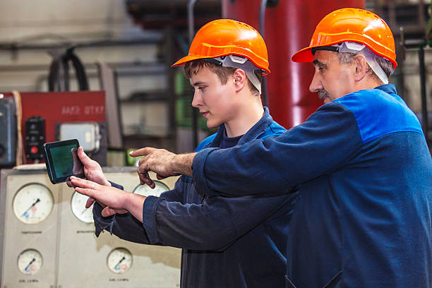 männer arbeiten auf das alte fabrik für die installation - kreativer speicher stock-fotos und bilder