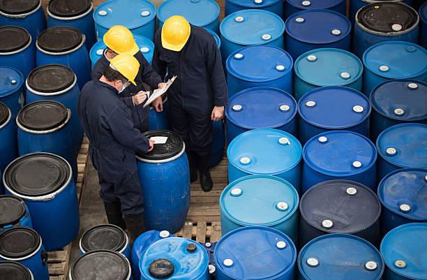 hombres que trabajan en un almacén de productos químicos - química fotografías e imágenes de stock