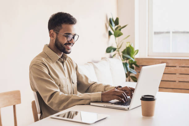 hombres trabajando en casa. empresario freelancer con laptop - trabajo freelance fotografías e imágenes de stock