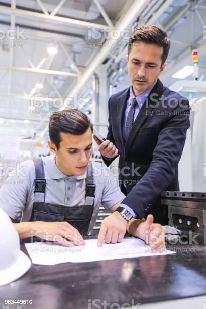 Mężczyźni Pracujący Z Dokumentami W Zakładzie - zdjęcia stockowe i więcej obrazów Biznes