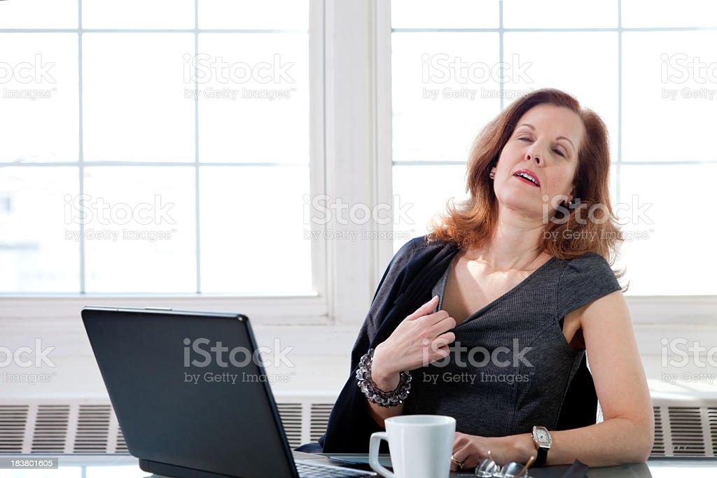 Menopausal Frau mit einem hot flash im Büro – Foto