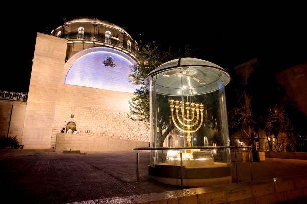 Menora - die goldene Sieben-Fass-Lampe - das nationale und religiöse jüdische Emblem in der Nähe der Dung Gates auf dem Hintergrund der Synagoge Hurva in der Nacht in der Altstadt von Jerusalem, Israel. – Foto