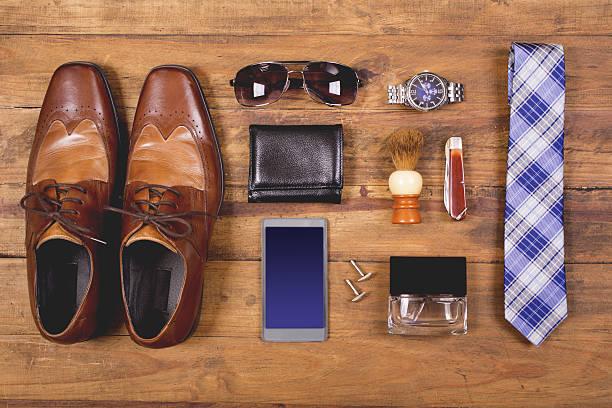 men's accessories organized on table in knolling arrangement - kişisel aksesuar stok fotoğraflar ve resimler