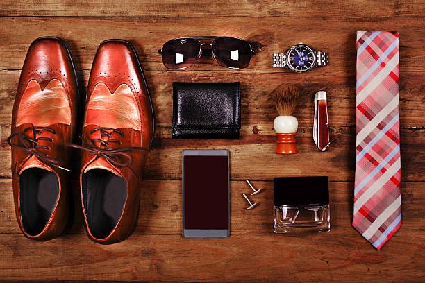 herren-accessoires organisiert auf tisch in knolling anordnung - leder portemonnaie herren stock-fotos und bilder