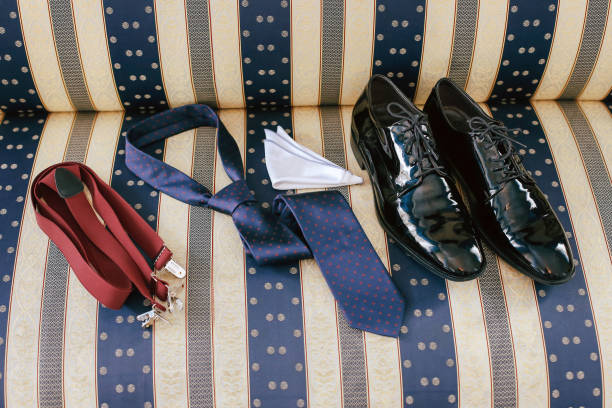 herren accessoires - schuhe, krawatte, hosenträger - bräutigam jeans stock-fotos und bilder