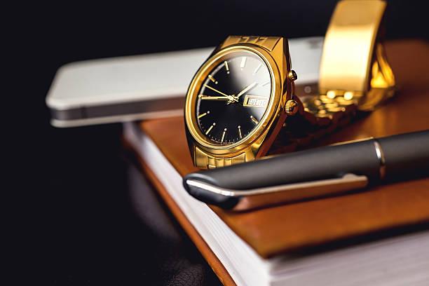 herren-accessoire, golden watch, stifthalterung und handyfach auf - krawattennadel stock-fotos und bilder