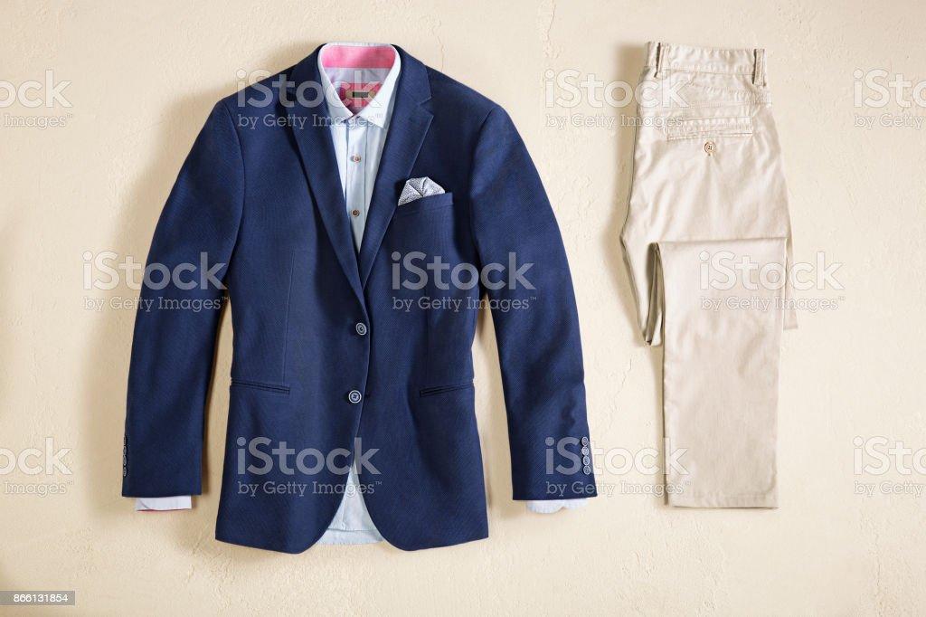 Herrenbekleidung auf Beige Hintergrund isoliert – Foto