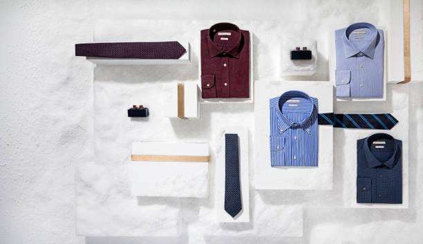 herrenbekleidung und accessoires auf schnee hintergrund isoliert - box falten stock-fotos und bilder