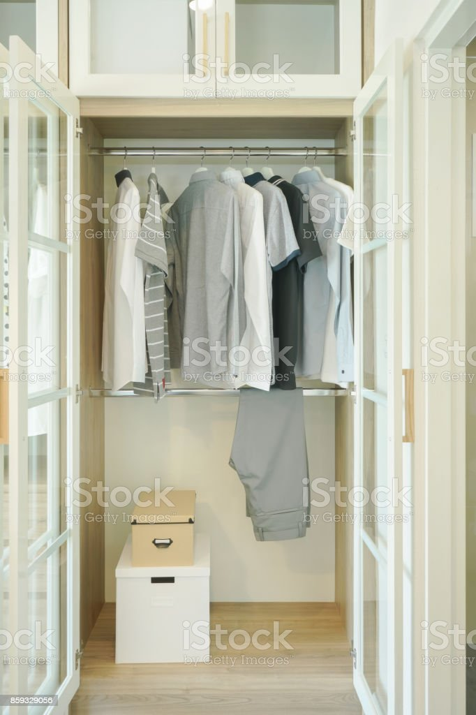 Witte Hang Legkast.Mannen Doeken Opknoping In Witte Moderne Stijl Kast Stockfoto En