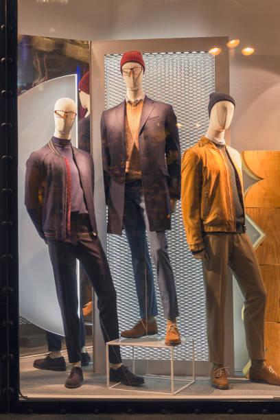 ストアのウィンドウと都市の反射で男性のダミー - マネキン ストックフォトと画像