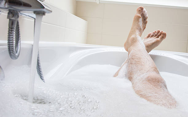 Men's feet in a bathtub, selective focus on toes – Foto