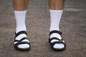 男性の足のサンダル
