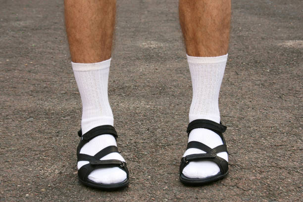 흰 양말과 샌들 남자의 발 - 샌들 뉴스 사진 이미지