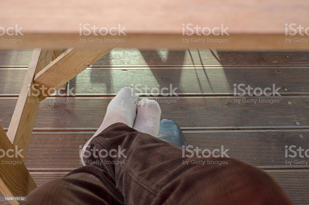 Mens Füße unter Tisch – Foto