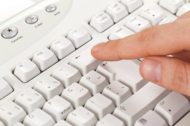 Caballero finger touching retroceso clave del teclado - foto de stock
