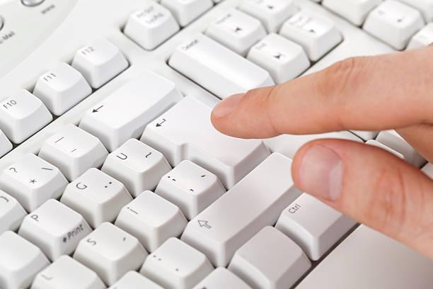 Caballero finger touching tecla enter de teclado - foto de stock