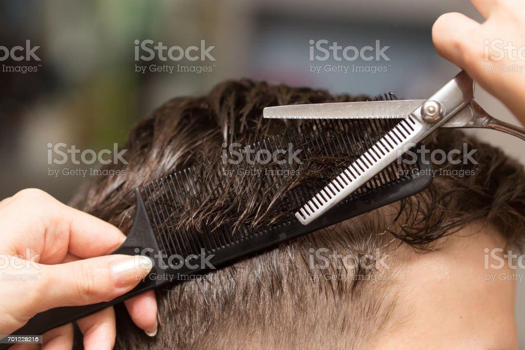 Manner Haare Schneiden Schere In Einem Schonheitssalon Stockfoto Und