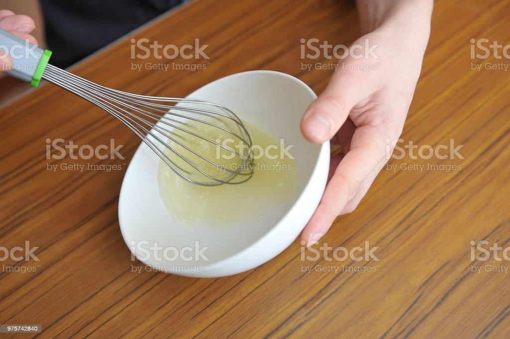 Männerhände whip Eiweiß um eine Creme zu erstellen - Lizenzfrei Aufschäumen Stock-Foto